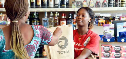An employee and a customer in the Las Palmas service station shop in Abidjan, Côte d'Ivoire.